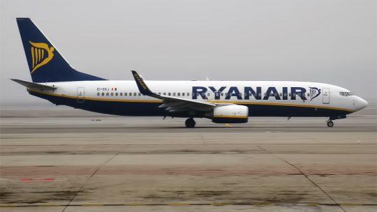 Ryanair deve salários de março a tripulantes colocados em lay off e pressiona para novos contratos por metade do salário